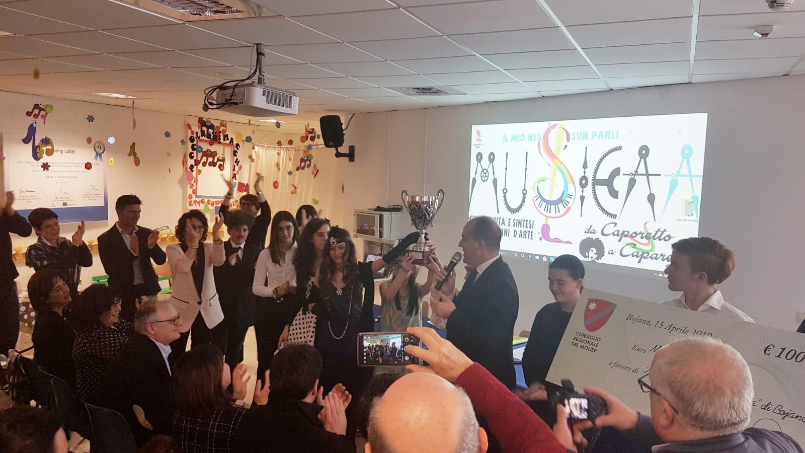 """Bojano: il presidente del Consiglio regionale del Molise, Salvatore Micone, ha fatto visita agli studenti dell'Amatuzio-Pallotta. Premiati per il concorso nazionale """"Il mio nessun parli""""."""