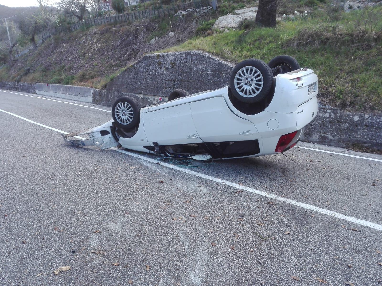 Colli a Volturno: auto si ribalta sulla provinciale Vandra. A bordo c'erano dei giovani