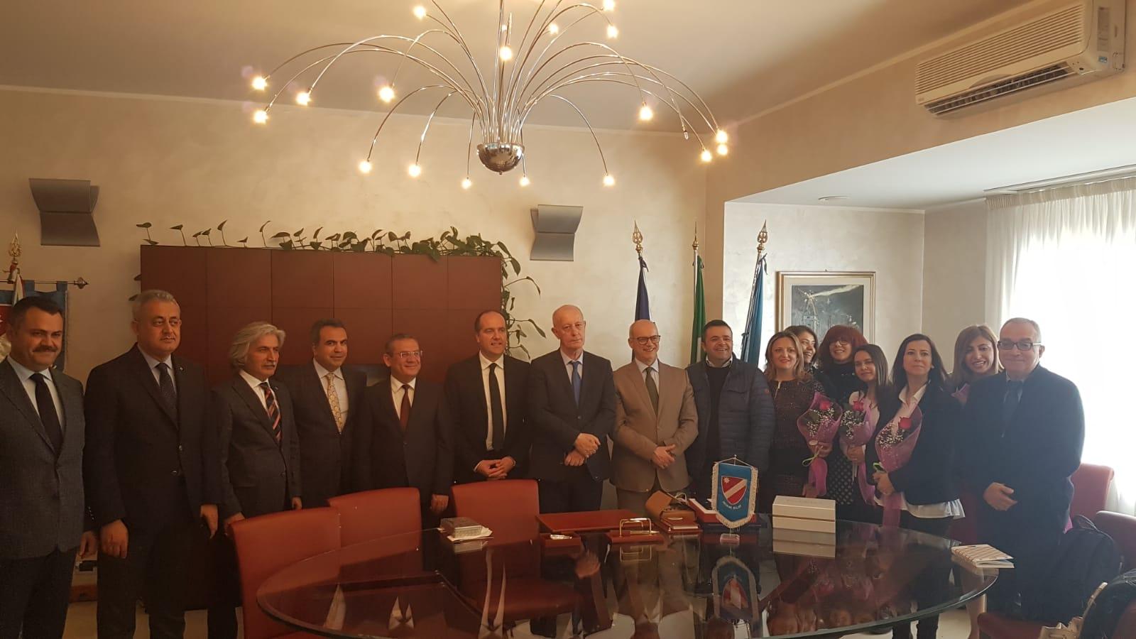 """Il Presidente Micone riceve una delegazione turca nell'ambito del progetto """"Toghether&Stronger""""."""
