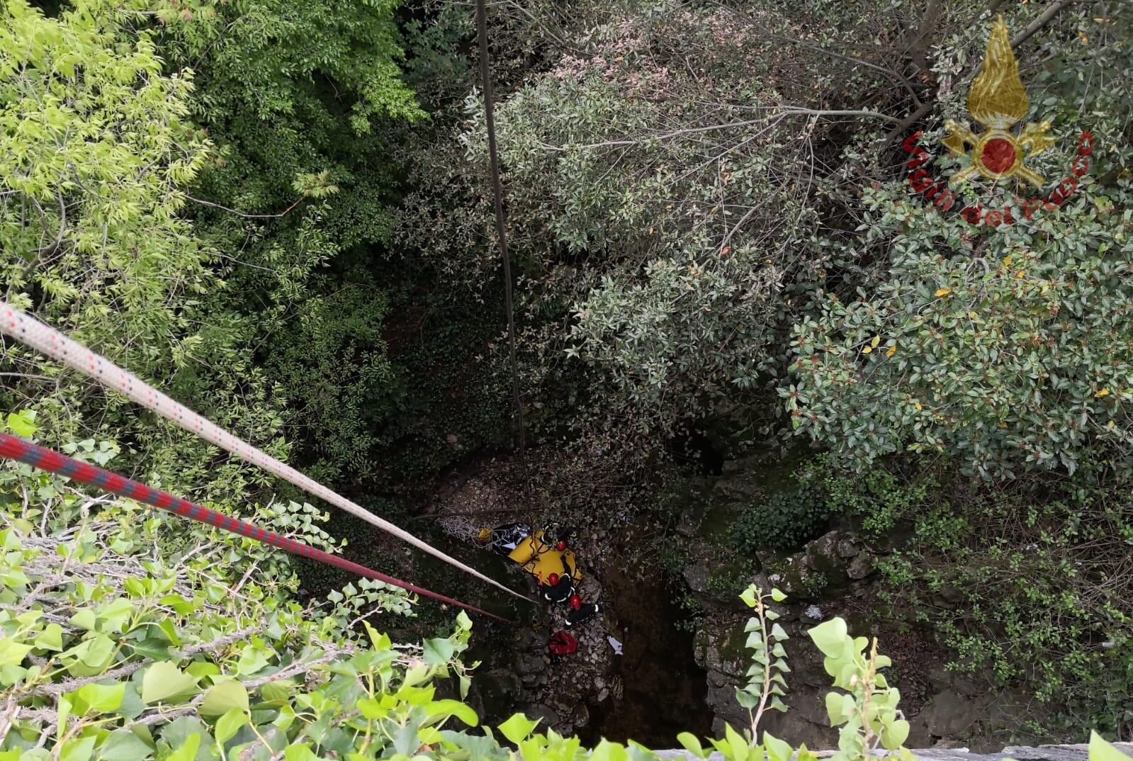 Isernia: i Vigili del Fuoco eseguono addestramento per recupero di feriti nell'alveo del fiume Carpino.
