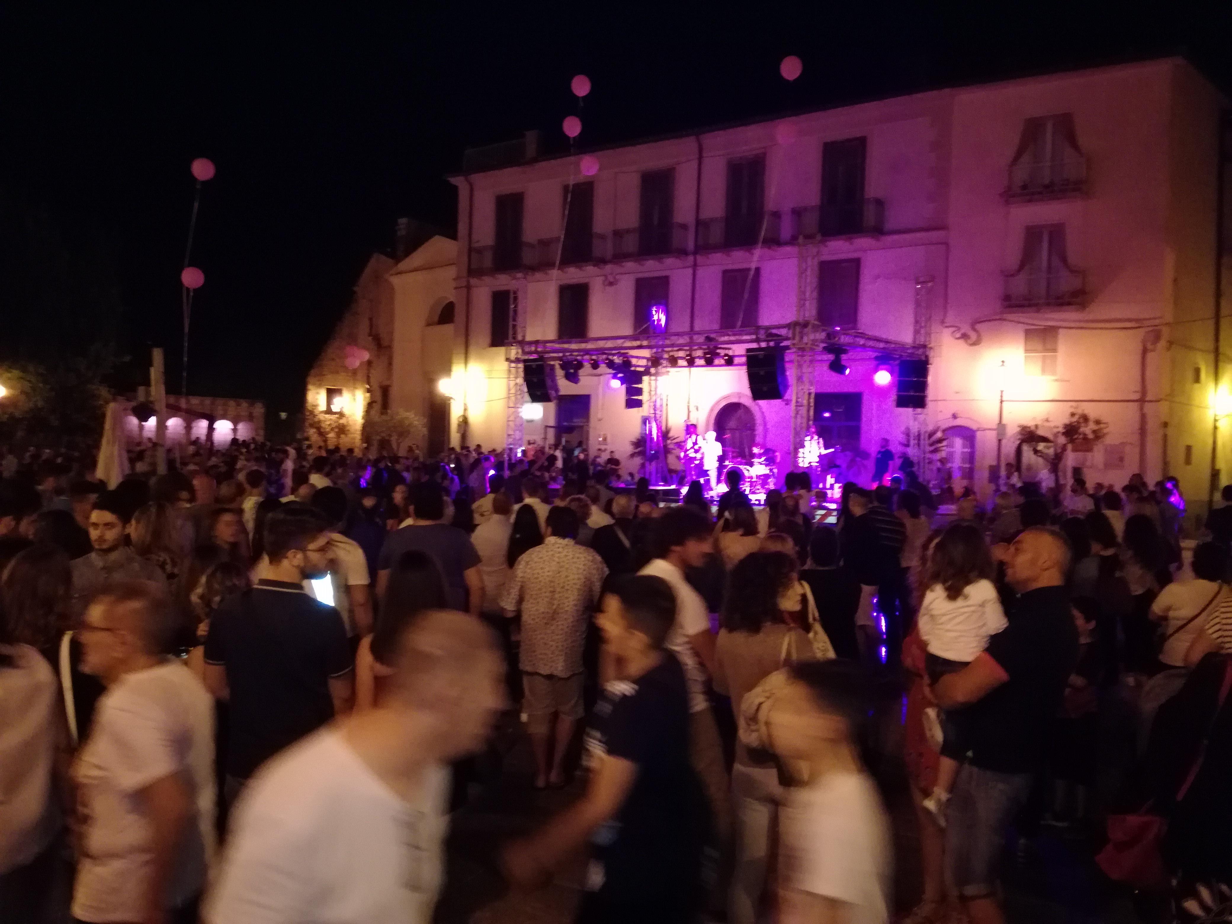 Isernia : la notte Rosa ha stupito. In migliaia ieri sera nel centro storico pentro.
