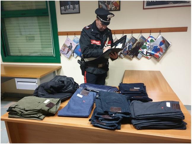 Venafro : Centinaia di capi di abbigliamento contraffatti sequestrati dai Carabinieri.